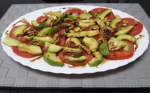 RECETAS SALUDABLES Ensalada de tomate, aguacate y nueces